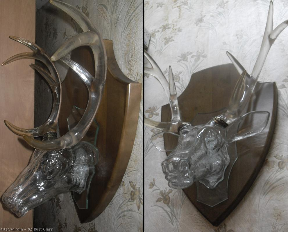 Artwork >> Bust Glass >> Trophy of the hunter ( the glass head of the deer life-size ) lamp on the wall .